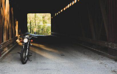 Motorcyklar på vita duken